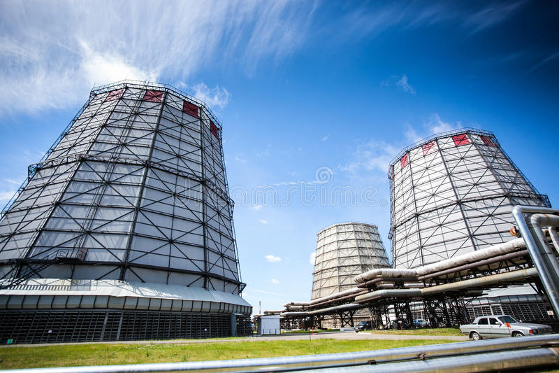 Przemysłowy drymba dym i budowa budynek zdjęcie royalty free