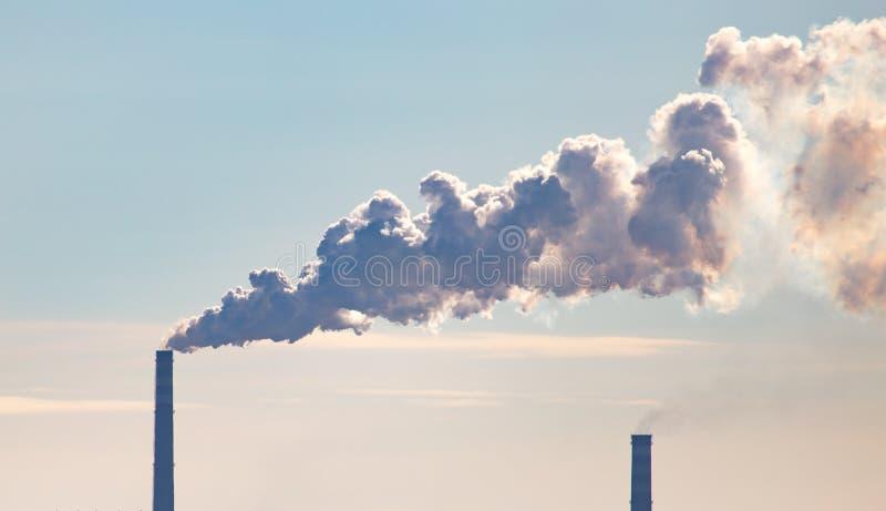 Przemysłowy dym od drymby w fabryce fotografia royalty free