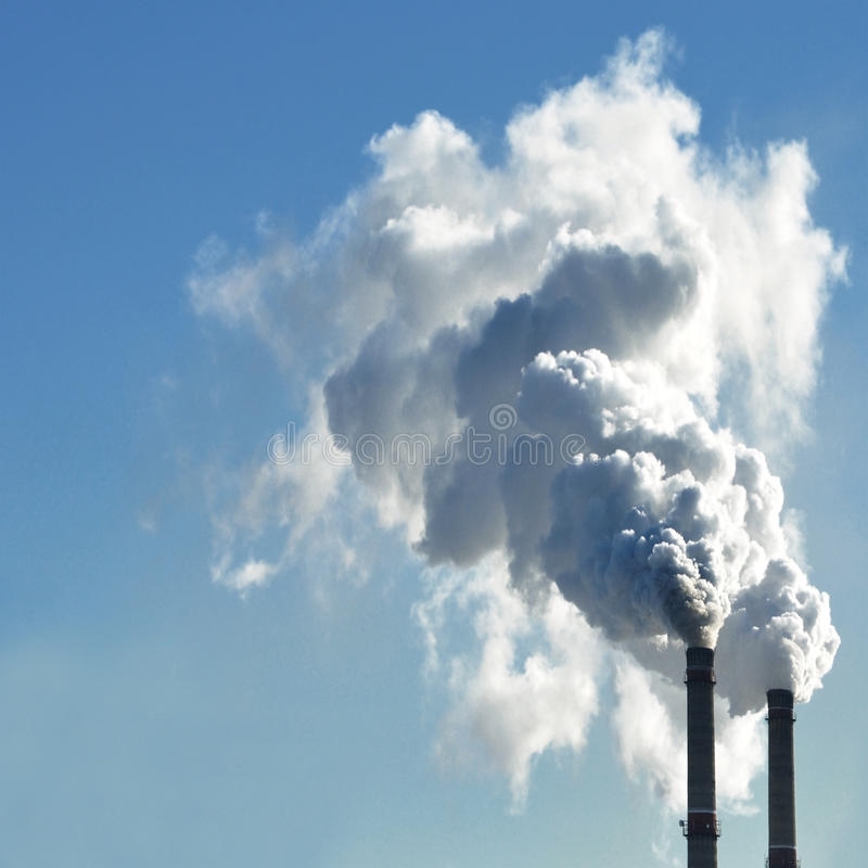 Przemysłowy dym od kominu na niebie obrazy stock