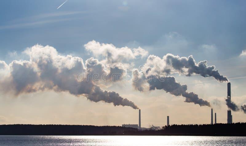 Przemysłowy dym od rośliny na brzeg jezioro zdjęcia royalty free