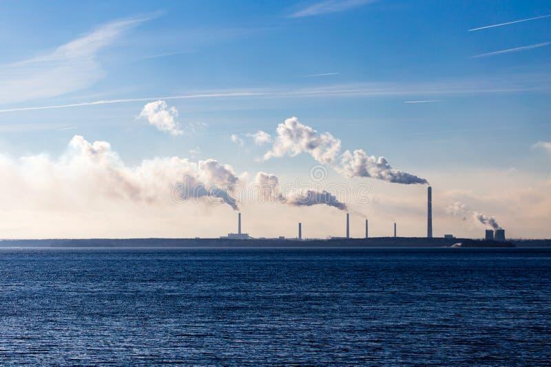 Przemysłowy dym od rośliny na brzeg jezioro zdjęcia stock
