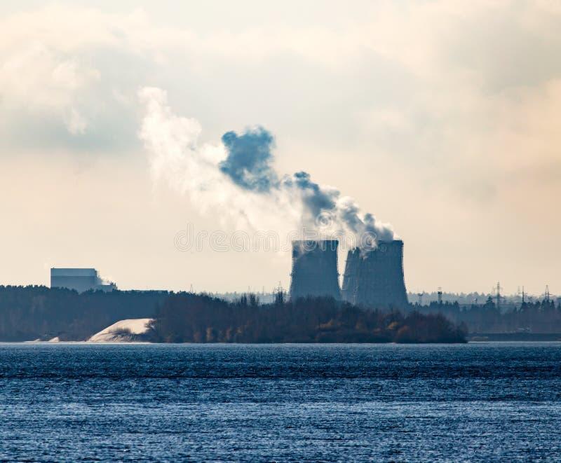 Przemysłowy dym od rośliny na brzeg jezioro zdjęcie stock