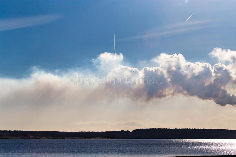 Przemysłowy dym od rośliny na brzeg jezioro obrazy stock