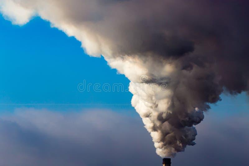 Przemysłowy dym od rośliny zanieczyszcza powietrze obrazy royalty free
