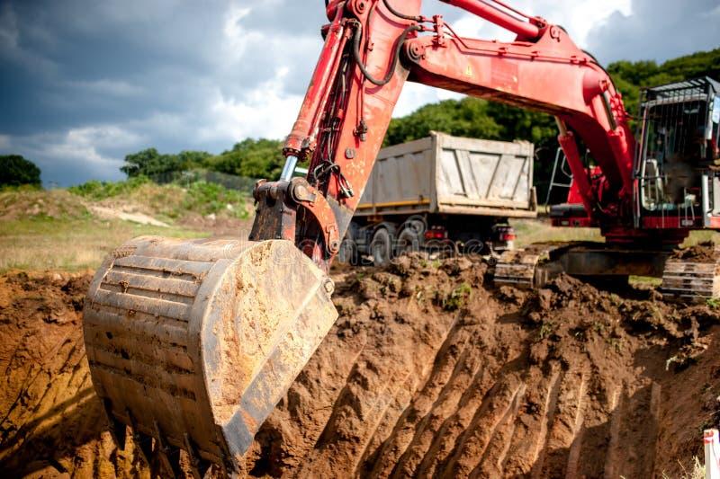 Przemysłowy ekskawator kopie ładowanie ziemi i dziury fotografia stock