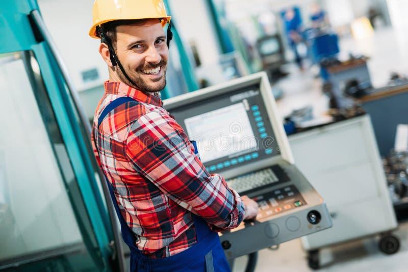 Przemysłowy fabryczny pracownik pracuje w metalu przemysle wytwórczym fotografia stock