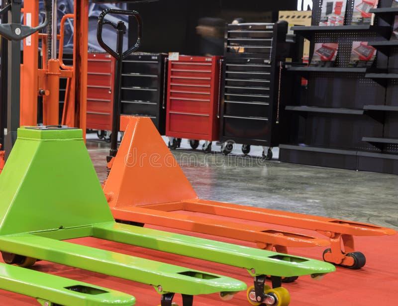 Przemysłowy handlift wyposażenie dla magazynu zdjęcie stock