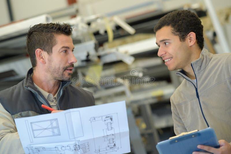 Przemysłowy inżynier dyskutuje plan obraz royalty free