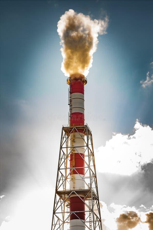 Przemysłowy kominu i dymu zanieczyszczenie obrazy royalty free