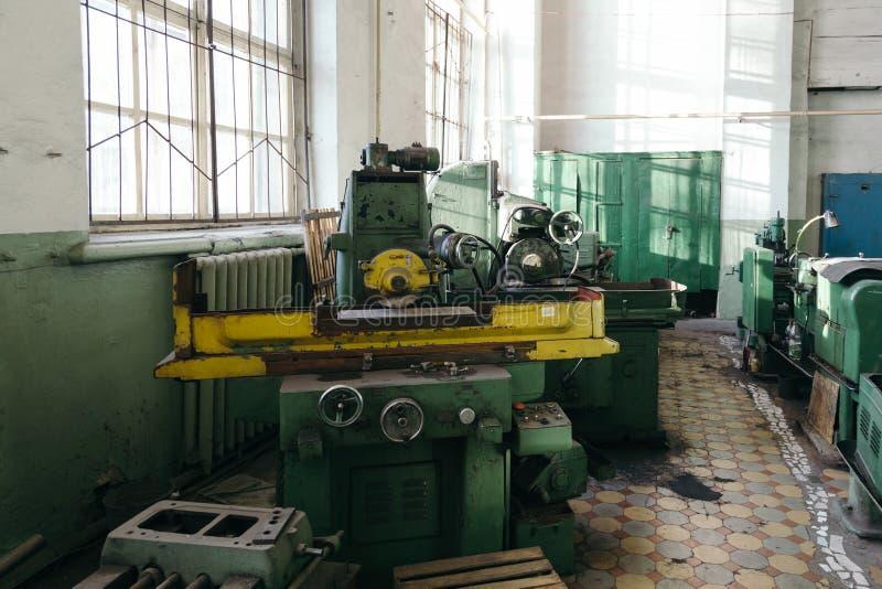 Przemysłowy kręcenie i wiertniczy maszynowi narzędzia w starym warsztacie zdjęcia royalty free