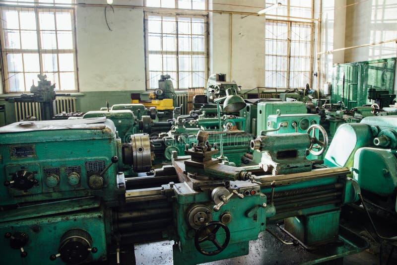 Przemysłowy kręcenie i wiertniczy maszynowi narzędzia w starym warsztacie zdjęcia stock