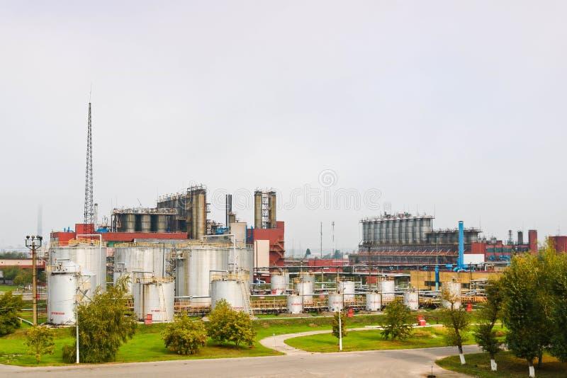 Przemysłowy krajobraz, panoramiczny widok produkcja Fabryki chemikaliów, kolumny, generatory, drymby Nafciani traktowanie systemy zdjęcia stock