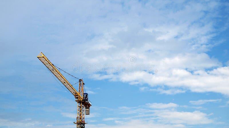 Przemysłowy krajobraz z żurawiami zdjęcia stock