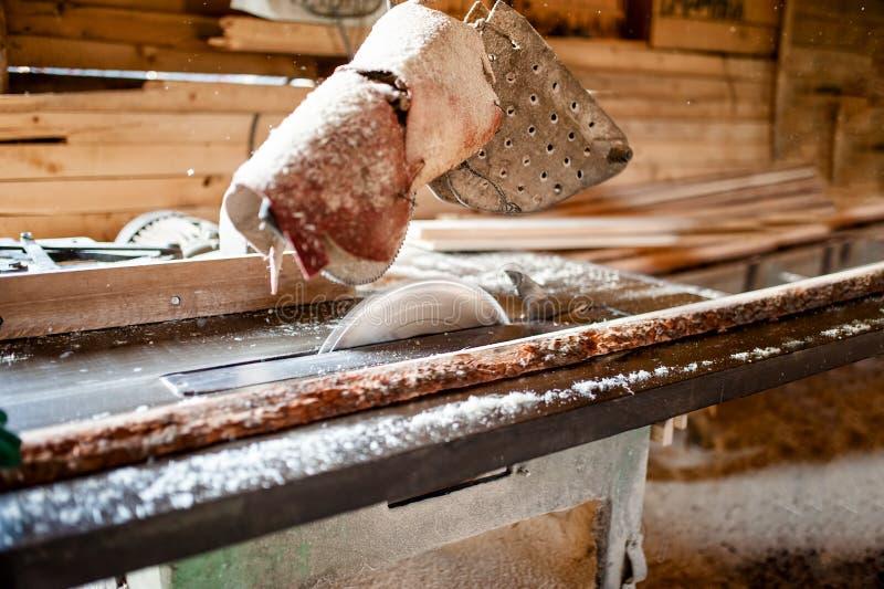 Przemysłowy kurendy saw w drewnianej produkci fabryce fotografia stock