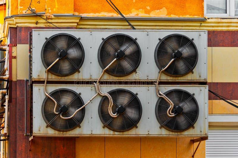 Przemysłowy Lotniczy Conditioner system Wspinający się Na Starej magazyn ścianie obrazy stock