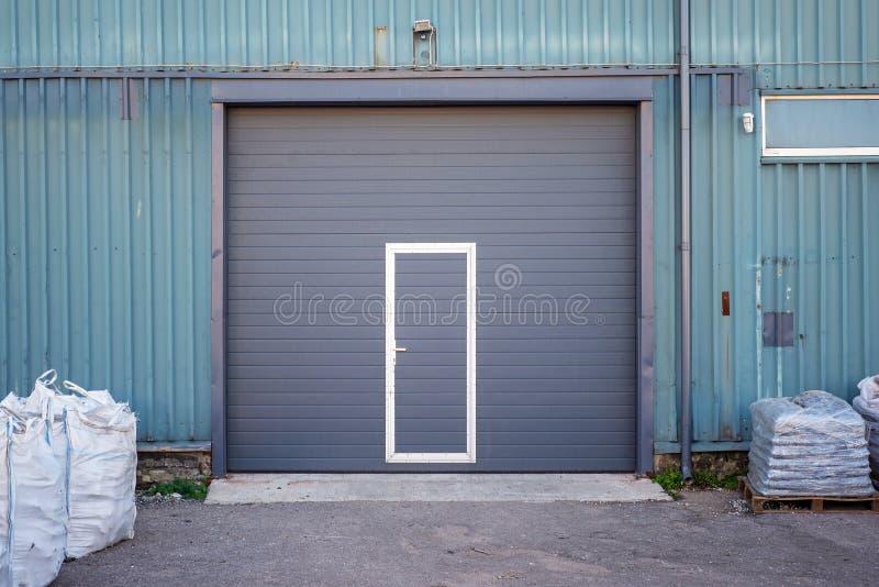 Przemysłowy magazyn z zmroku popielatym drzwi dla pojazdu obrazy royalty free