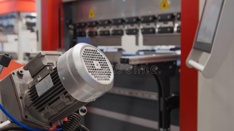Przemysłowy metalu działanie - automatyczna mechaniczna maszyna, technologii tło zdjęcia stock