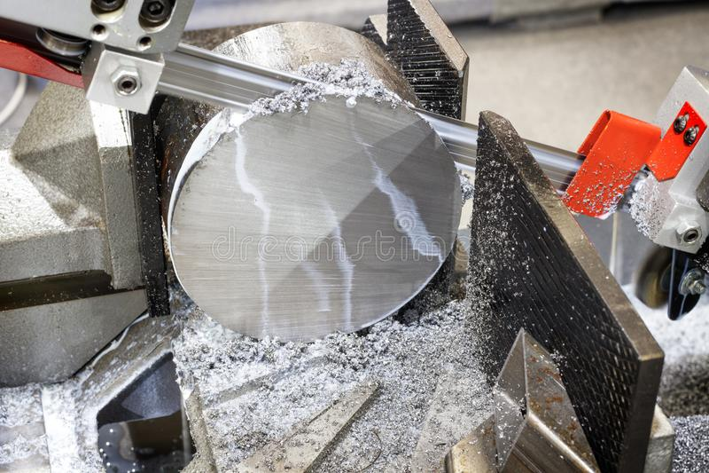 Przemysłowy metalu machining rozcięcia proces pusty szczegół machinalnym elektrycznym saw fotografia royalty free