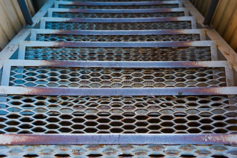 Przemysłowy metalu schody iść w dół zdjęcia royalty free