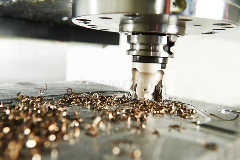 Przemysłowy metalworking rozcięcia proces mielenie krajaczem zdjęcie royalty free