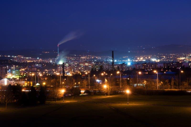 Przemysłowy miasteczko przy nocą zdjęcie stock