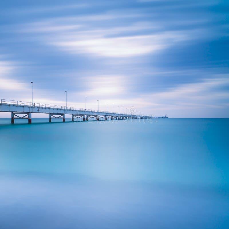 Przemysłowy molo na morzu. Boczny widok. Długa ujawnienie fotografia. fotografia stock
