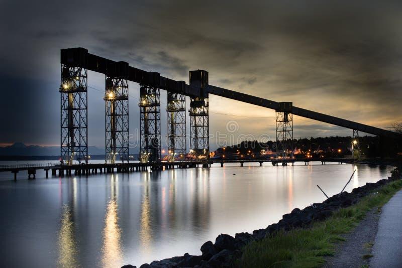 Przemysłowy molo przy nocą fotografia stock