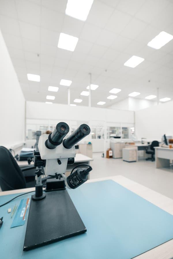Przemysłowy okulistyczny mikroskop Miejsce pracy dla kontrola jakości elektronicznego obwodu deski obraz stock