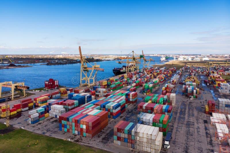 Przemysłowy port z zbiornikami zdjęcia stock