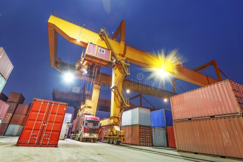 Przemysłowy port z zbiornikami zdjęcie royalty free
