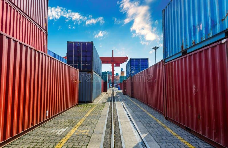 Przemysłowy port z zbiornikami w ładunku obraz stock