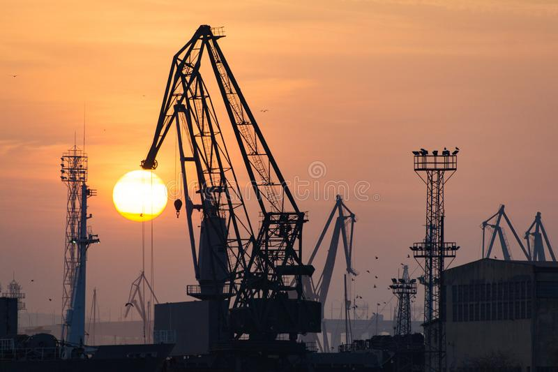 Przemysłowy portowy dockyard z zmierzchem zdjęcia royalty free