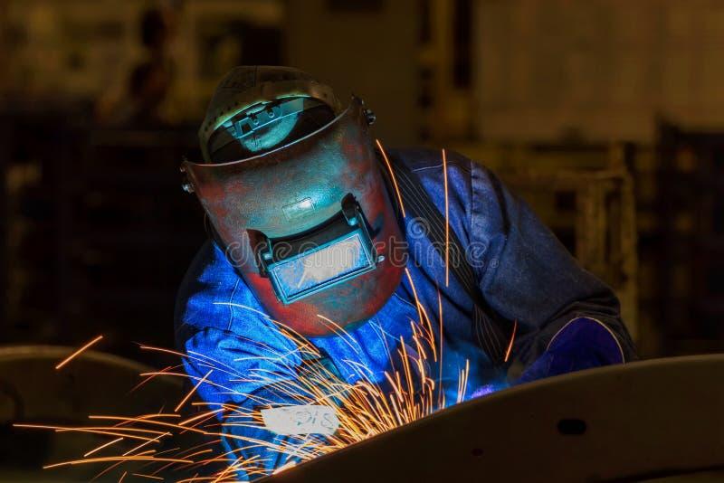 Przemysłowy pracownik przy fabrycznym spawalniczym zbliżeniem fotografia royalty free