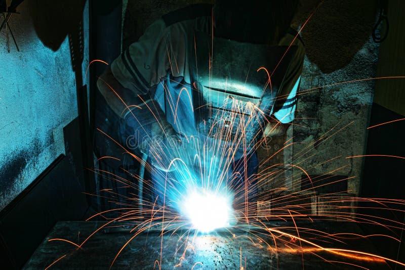 Przemysłowy pracownik przy fabrycznym spawem zdjęcie royalty free