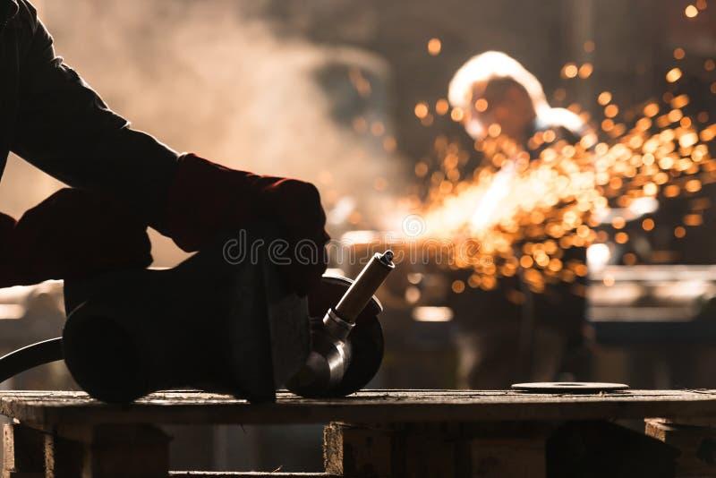 Przemysłowy pracownik przy fabryką fotografia royalty free
