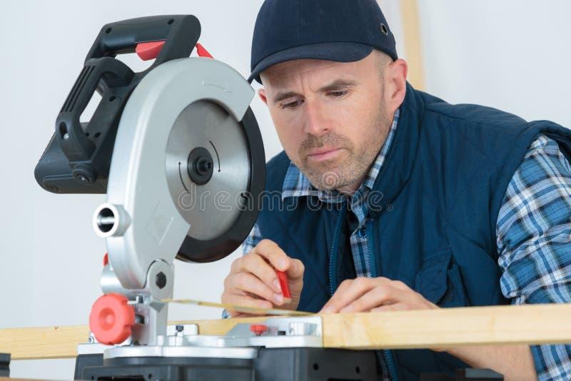 Przemysłowy pracownik przygotowywa ciąć metal z kółkowym saw fotografia royalty free