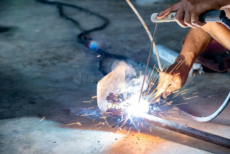 Przemysłowy pracownik używa spawacz maszynę spawa rydla narzędzie zdjęcia royalty free
