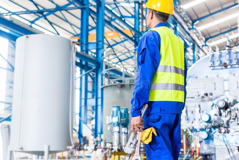 Przemysłowy pracownik w fabryce z narzędziami zdjęcia stock