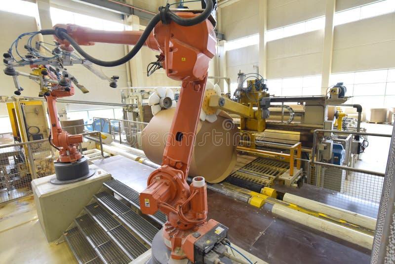Przemysłowy robot w papierowym młynie - automatyzacja w nowożytnej roślinie zdjęcie stock