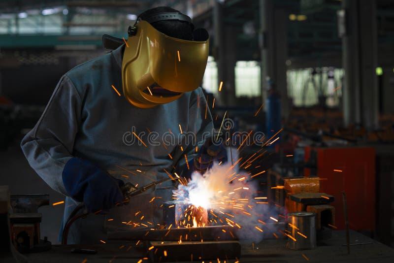 Przemysłowy spawacz jest spawalniczym metalu częścią obrazy royalty free