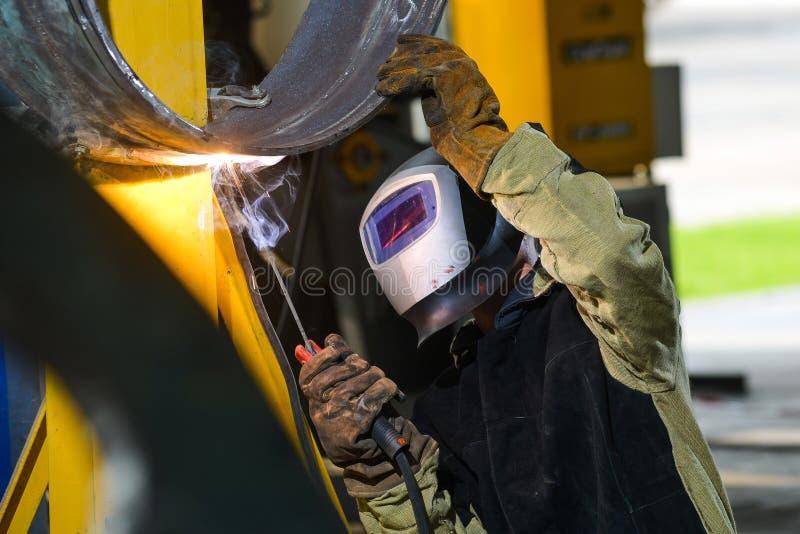 Przemysłowy stalowy spawacz w fabryce obraz stock