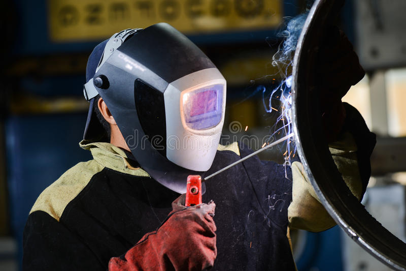 Przemysłowy stalowy spawacz w fabryce zdjęcie stock