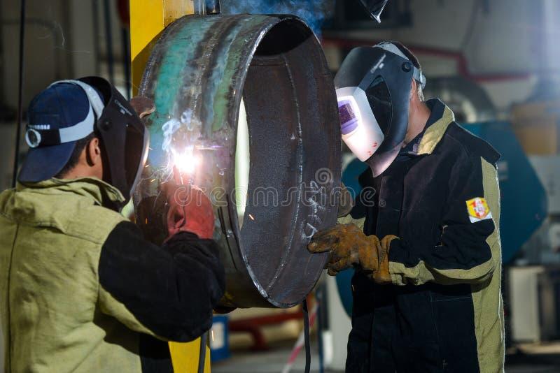 Przemysłowy stalowy spawacz w fabryce obraz royalty free