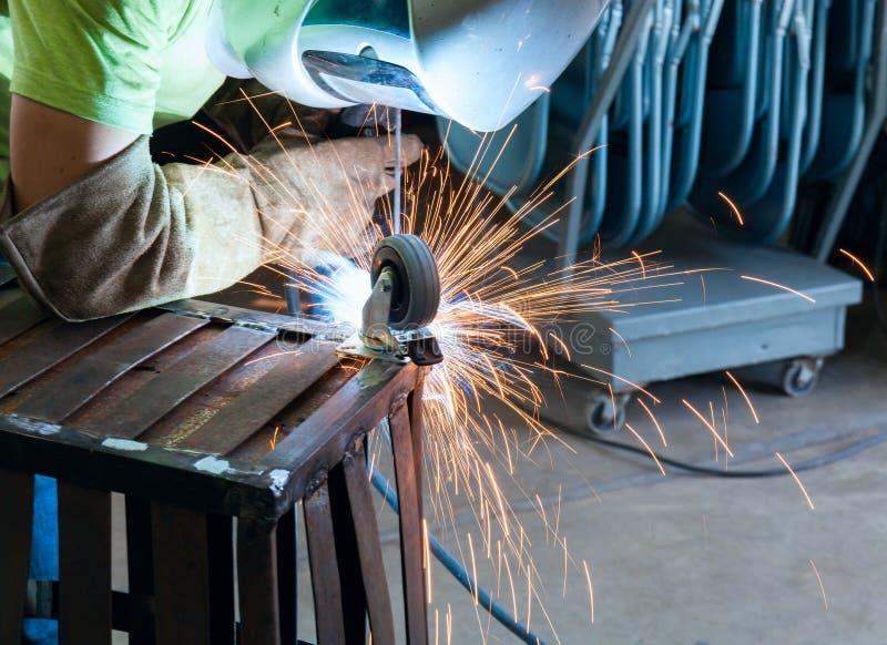 Przemysłowy stalowy spawacz w fabrycznej działanie stronie obraz royalty free