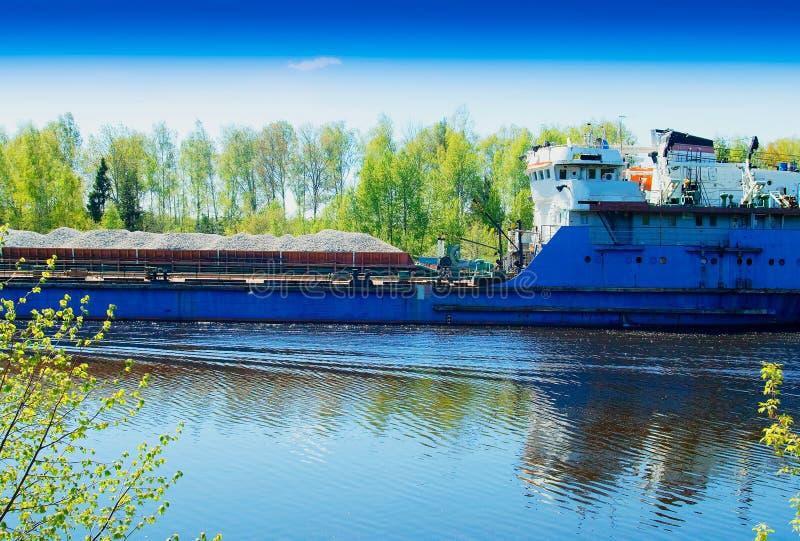 Przemysłowy statek odtransportowywa różnego towarowego tło obrazy stock
