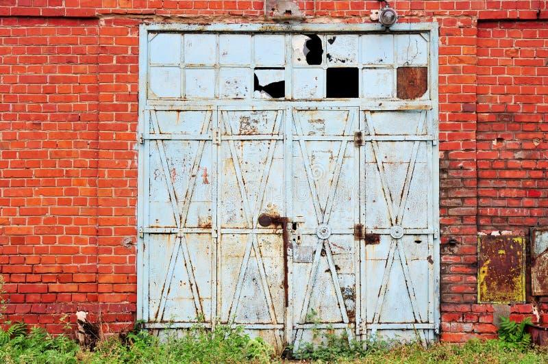 Przemysłowy szczegół z starą magazynową bramą zdjęcie royalty free