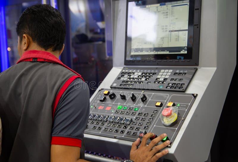 Przemysłowy technik działa CNC mielenia maszynę obrazy stock
