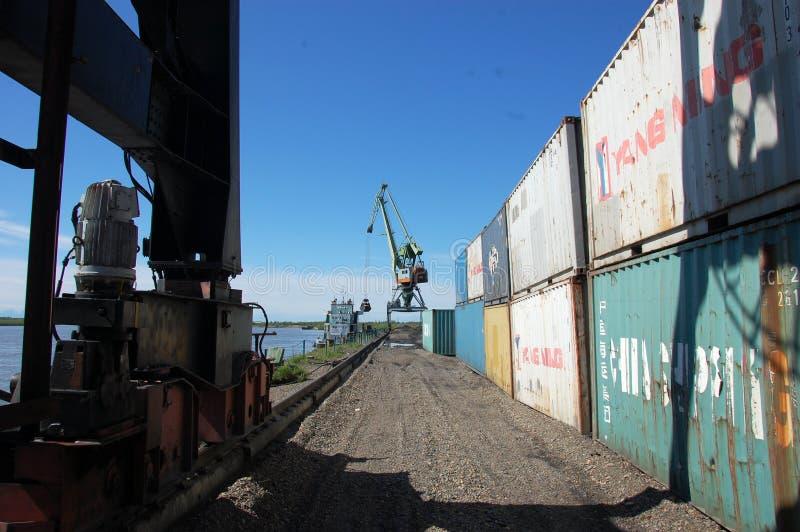 Przemysłowy teren przy Kolyma rzecznego portu Rosja odludziem obrazy royalty free
