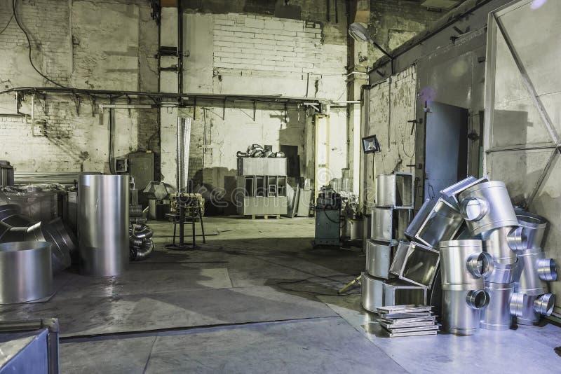 Przemysłowy warsztat lub hangar na produkci wentylacje Metalworking fabryka obraz royalty free