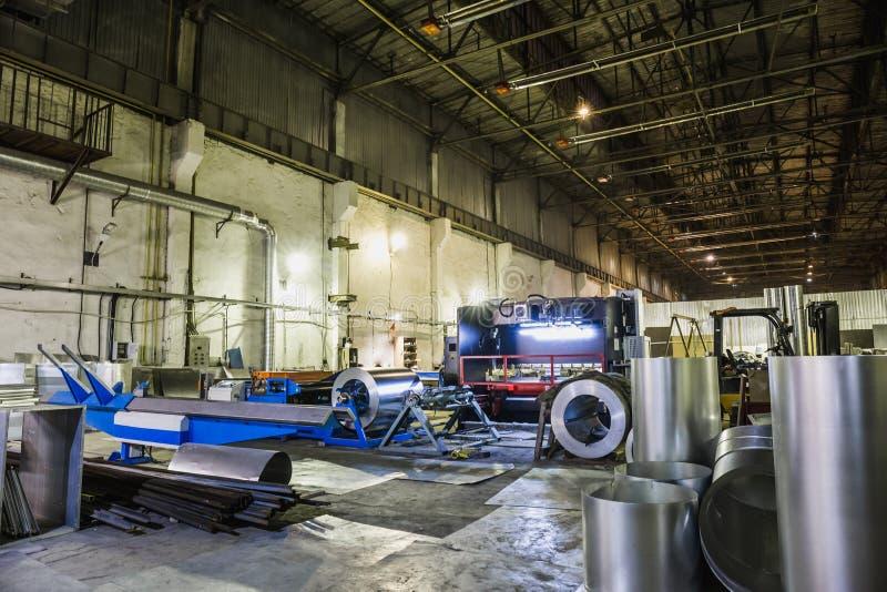 Przemysłowy warsztat lub hangar na produkci wentylacje Metalworking fabryka fotografia royalty free